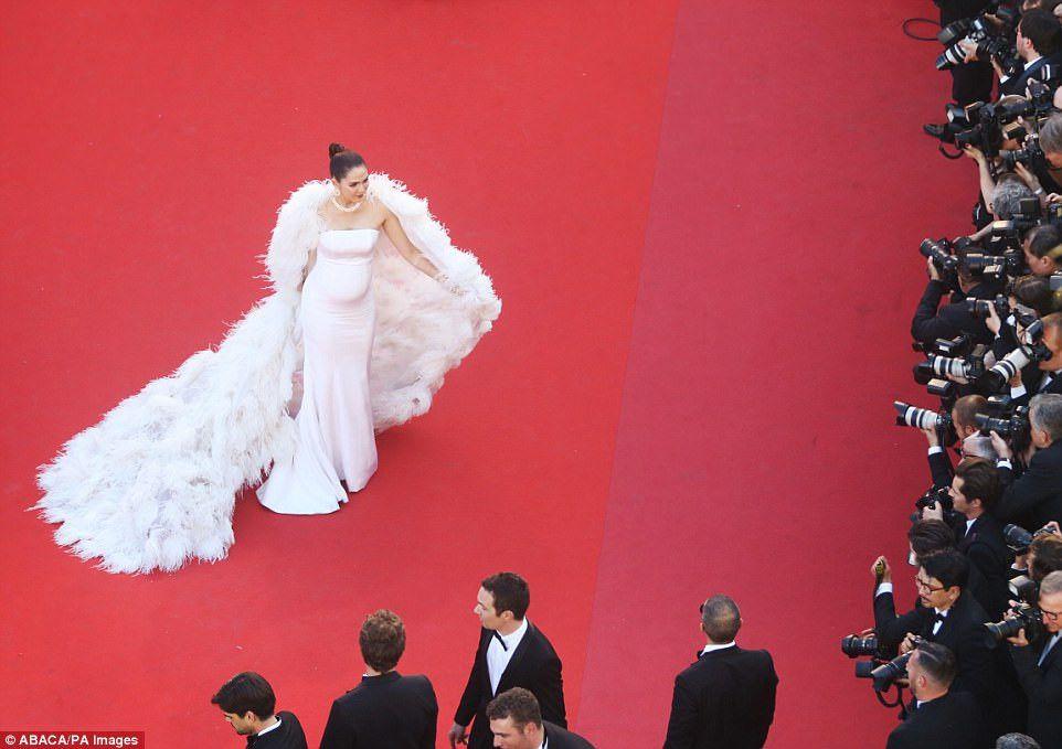 Ngắm thời trang của bà bầu Araya Chompoo trên thảm đỏ Cannes (1)