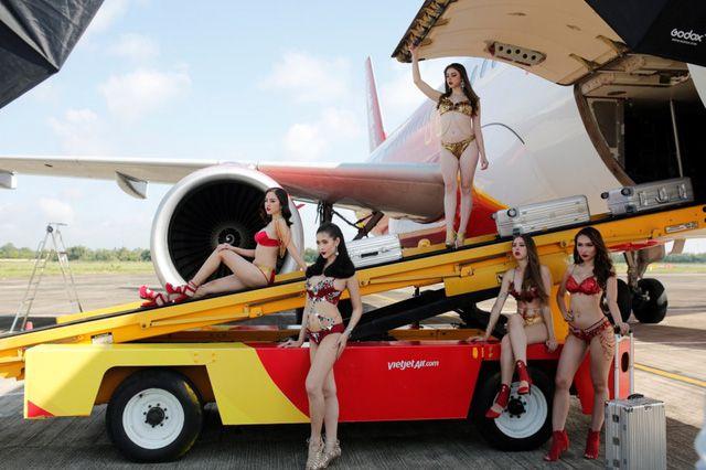 Á hậu chuyển giới Kwan Lada nóng bỏng trong bộ lịch Bikini Vietjet 2018 (10)