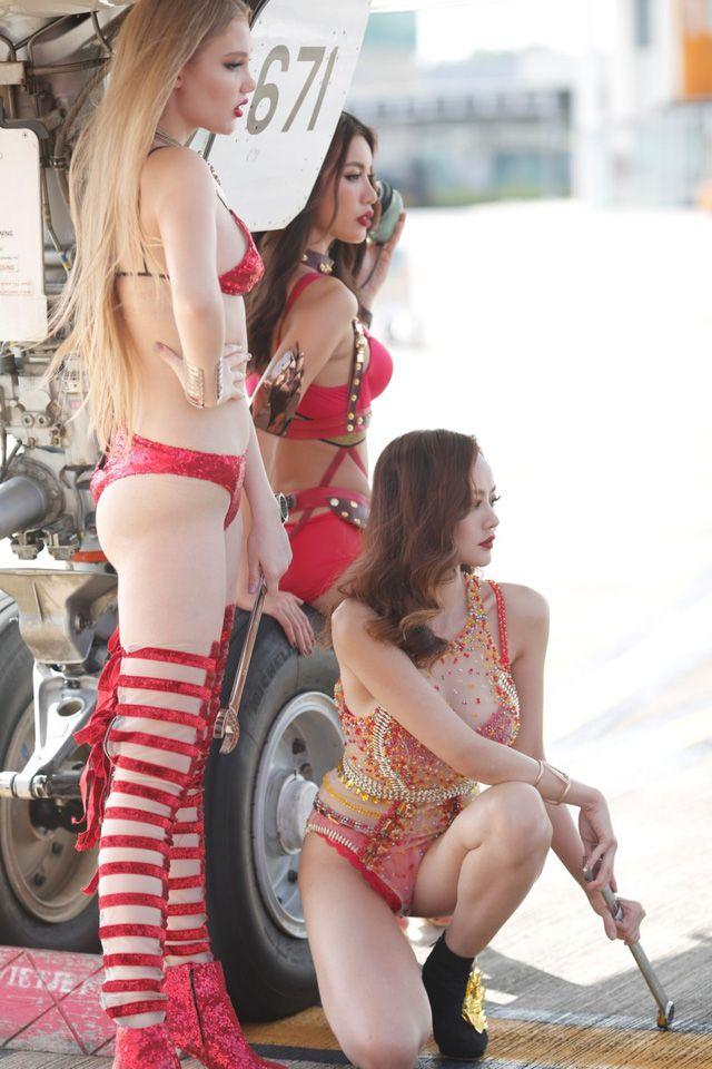Á hậu chuyển giới Kwan Lada nóng bỏng trong bộ lịch Bikini Vietjet 2018 (11)