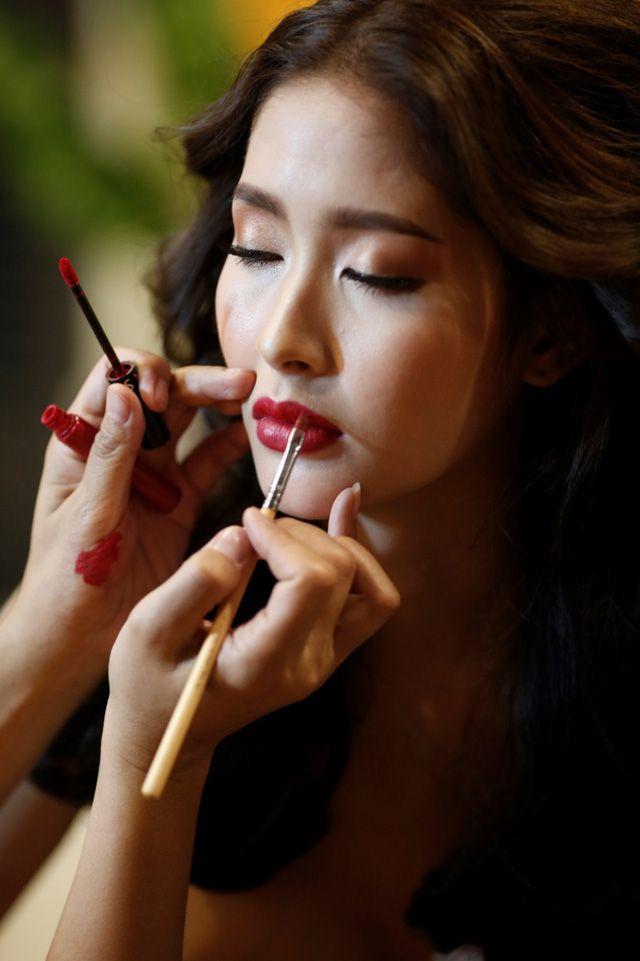 Á hậu chuyển giới Kwan Lada nóng bỏng trong bộ lịch Bikini Vietjet 2018 (2)