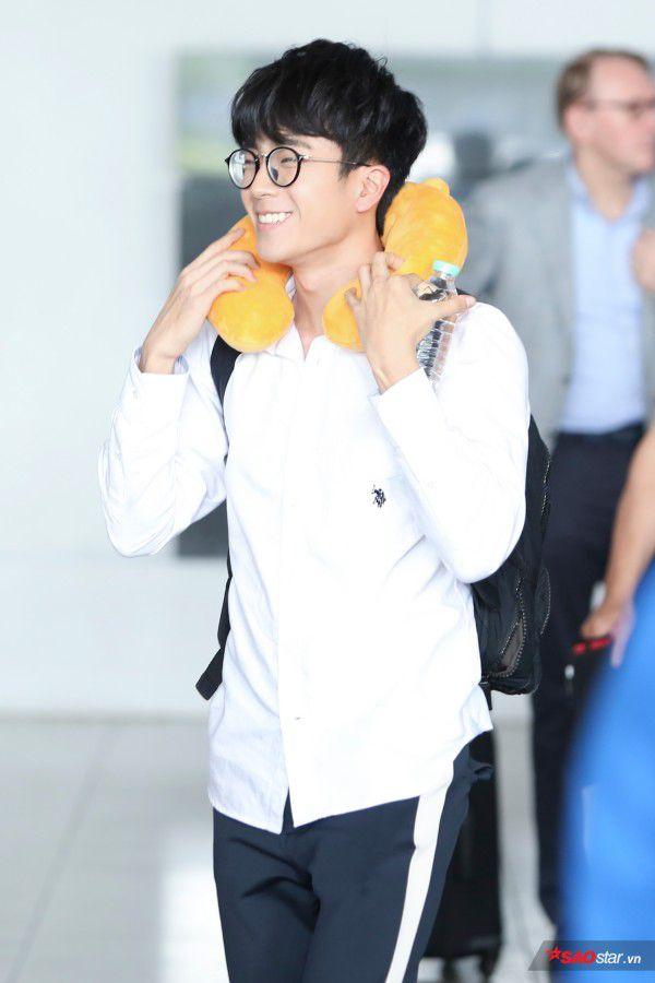 Cận cảnh vẻ đẹp trai và đáng yêu của Nonkul tại sân bay Tân Sơn Nhất (1)