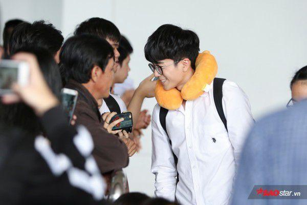 Cận cảnh vẻ đẹp trai và đáng yêu của Nonkul tại sân bay Tân Sơn Nhất (6)