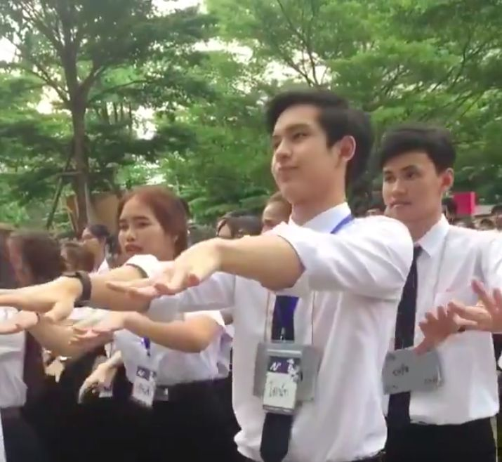 """Chàng trai Thái khiến các cô gái """"tim bay tá lả"""" vì nhún nhảy quá đáng yêu! (1)"""
