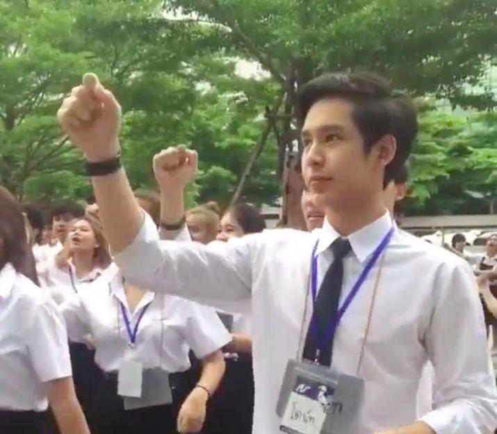 """Chàng trai Thái khiến các cô gái """"tim bay tá lả"""" vì nhún nhảy quá đáng yêu! (2)"""