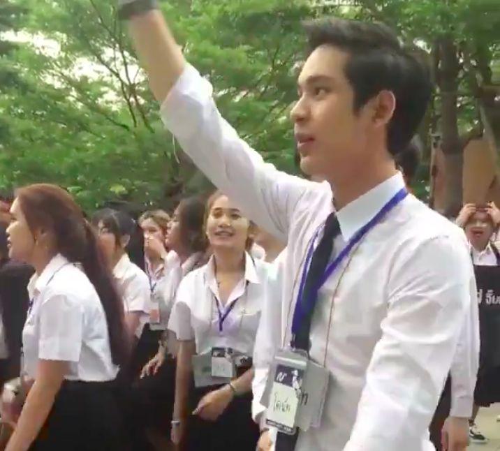 """Chàng trai Thái khiến các cô gái """"tim bay tá lả"""" vì nhún nhảy quá đáng yêu! (4)"""