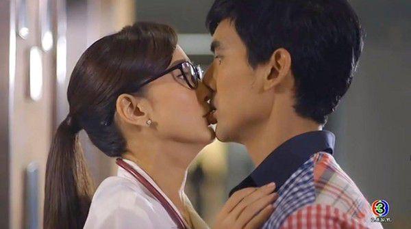 Yêu quá trời phim Thái Lan tập 1: Nụ hôn bất ngờ của cặp oan gia ngõ hẹp (6)