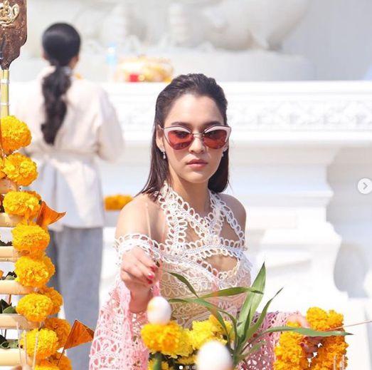 Nữ diễn viên Yard Yardthip tái hợp chị đẹp Ploy Chermarn trong Raeng Tian (10)