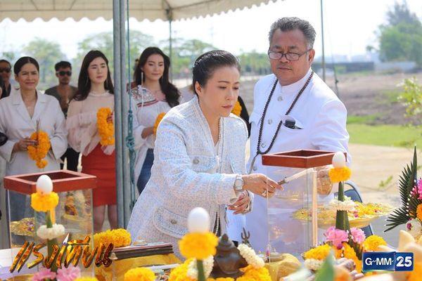 Nữ diễn viên Yard Yardthip tái hợp chị đẹp Ploy Chermarn trong Raeng Tian (4)