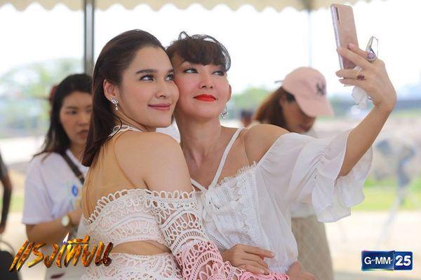 Nữ diễn viên Yard Yardthip tái hợp chị đẹp Ploy Chermarn trong Raeng Tian (9)