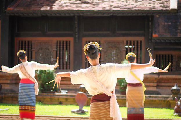 Phim Hương Hoa Đạt Phước: Đối thủ ngang tài ngang sức của Chiếc Lá Bay (5)